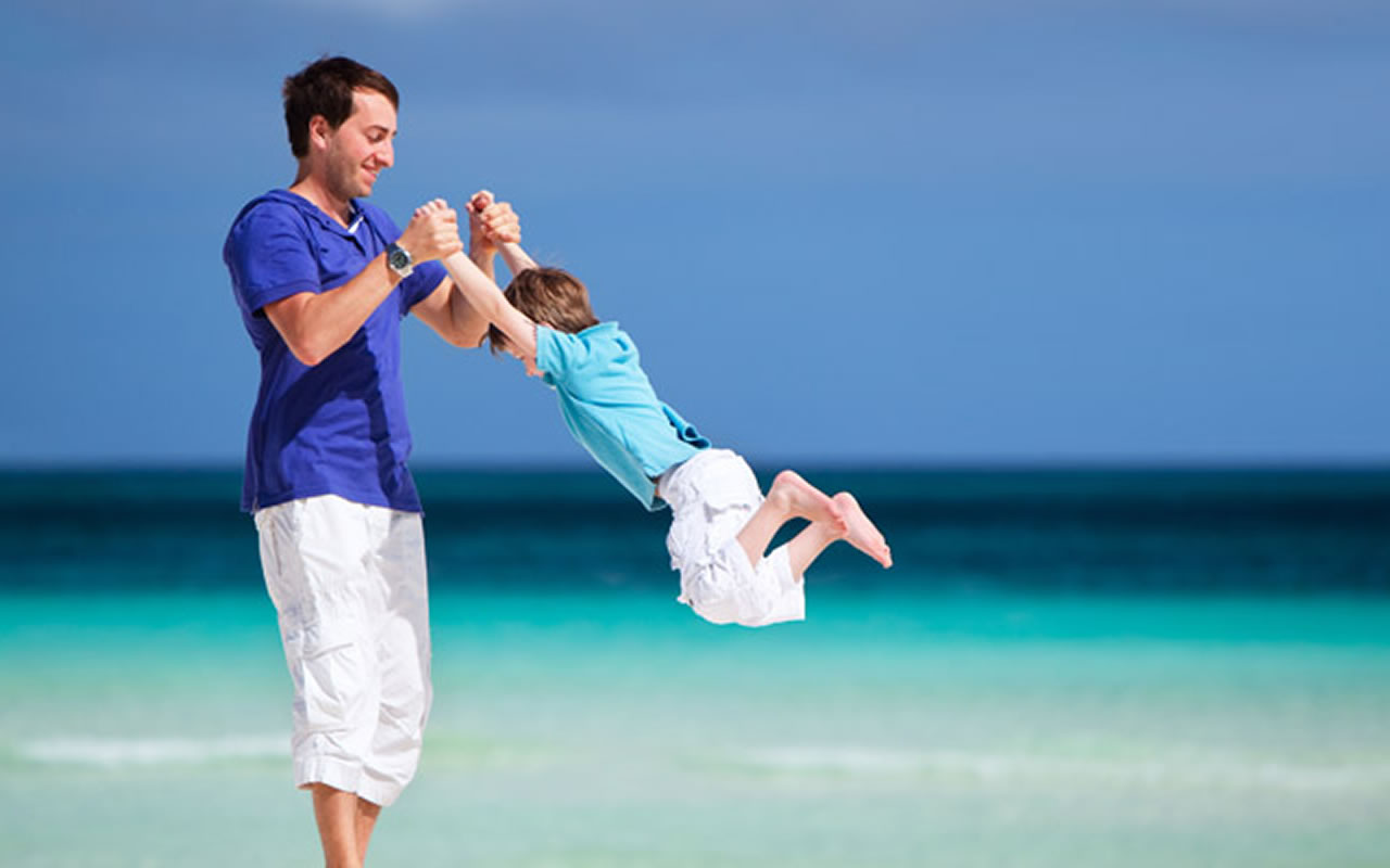 Pai e filho na praia