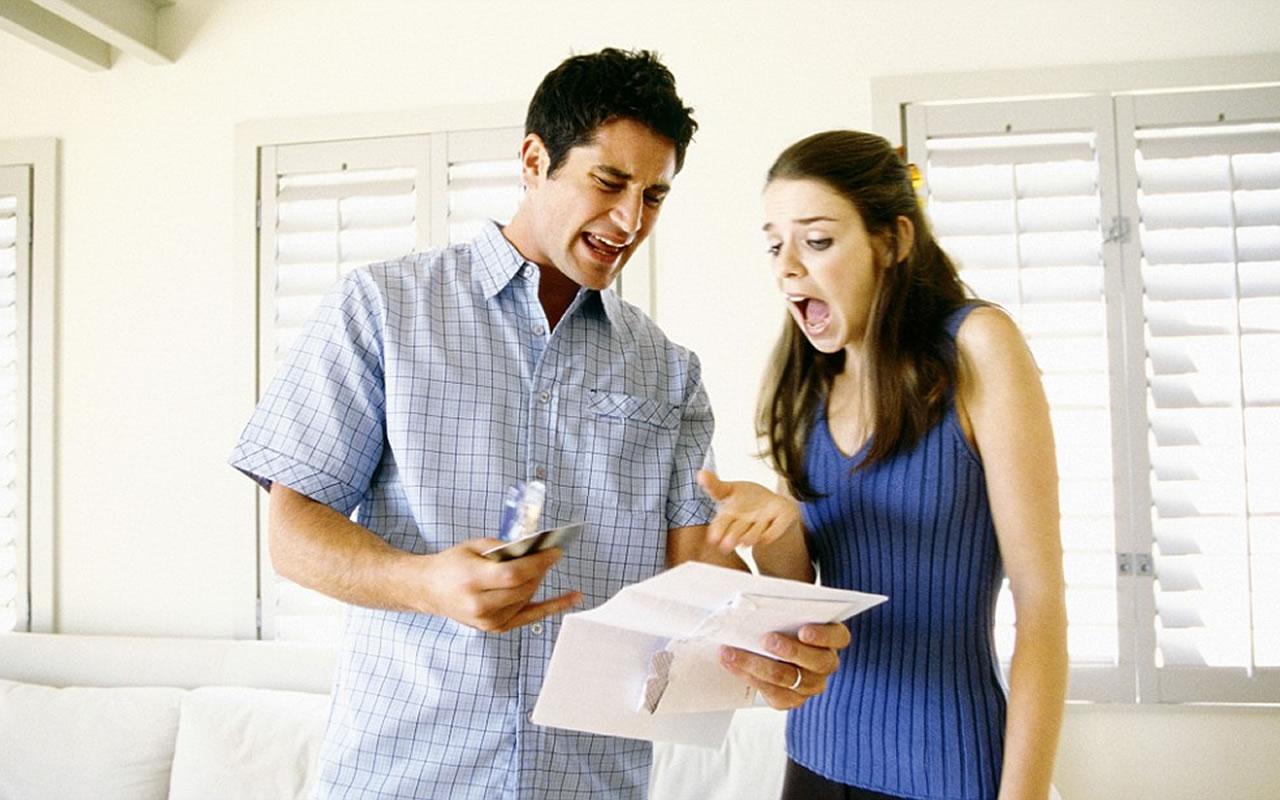 Casal assustado com a fatura do cartão de crédito